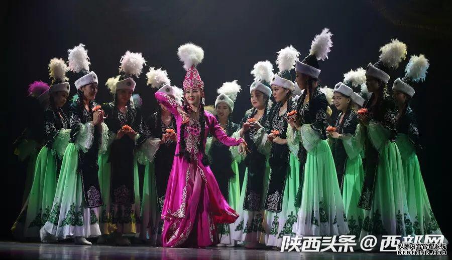 《英雄玛纳斯》亮相丝艺节闭幕式 中国三大英雄史诗之一被搬上舞