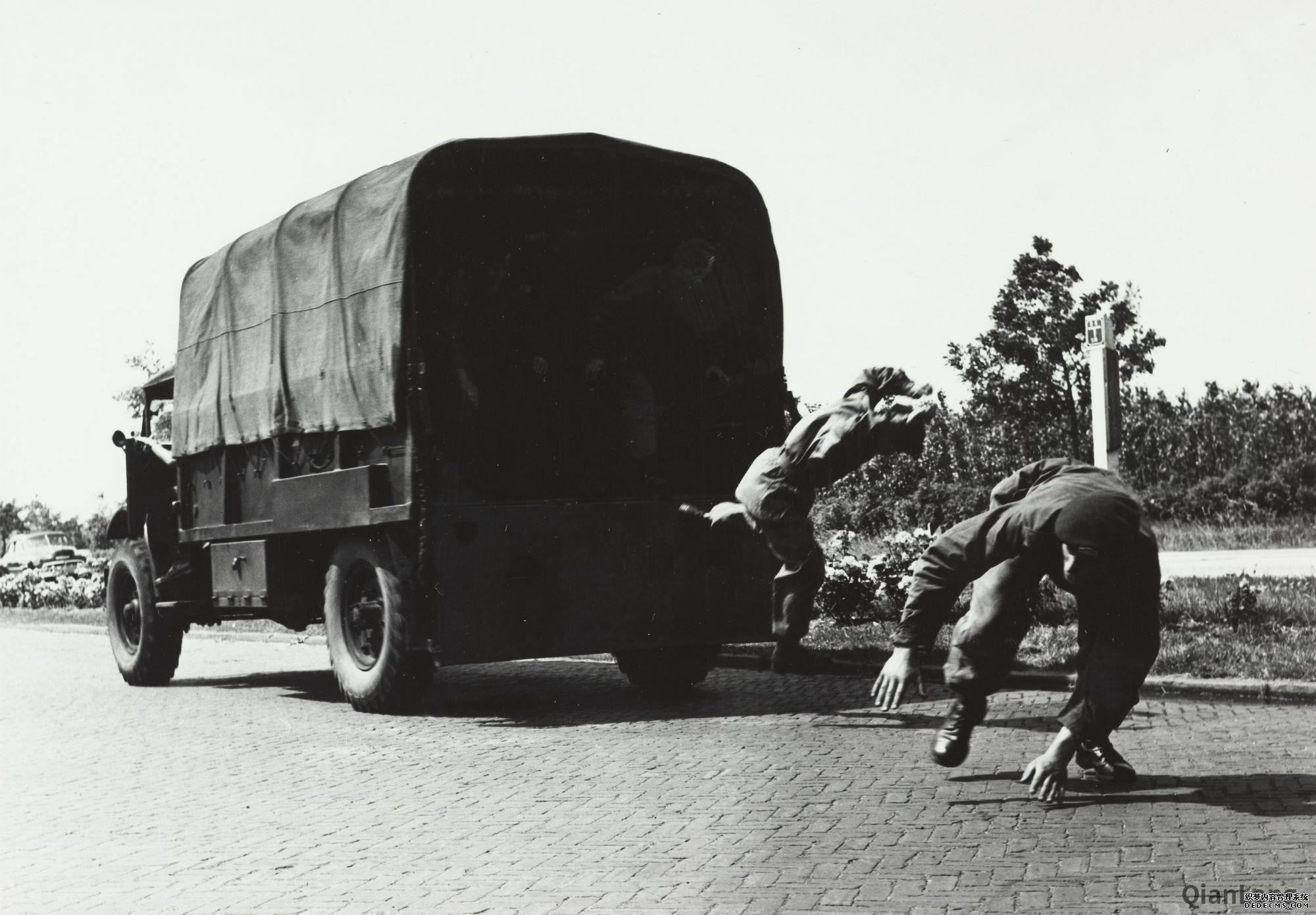 02.正在进行跳车演示的荷兰皇家陆军突击队队员。