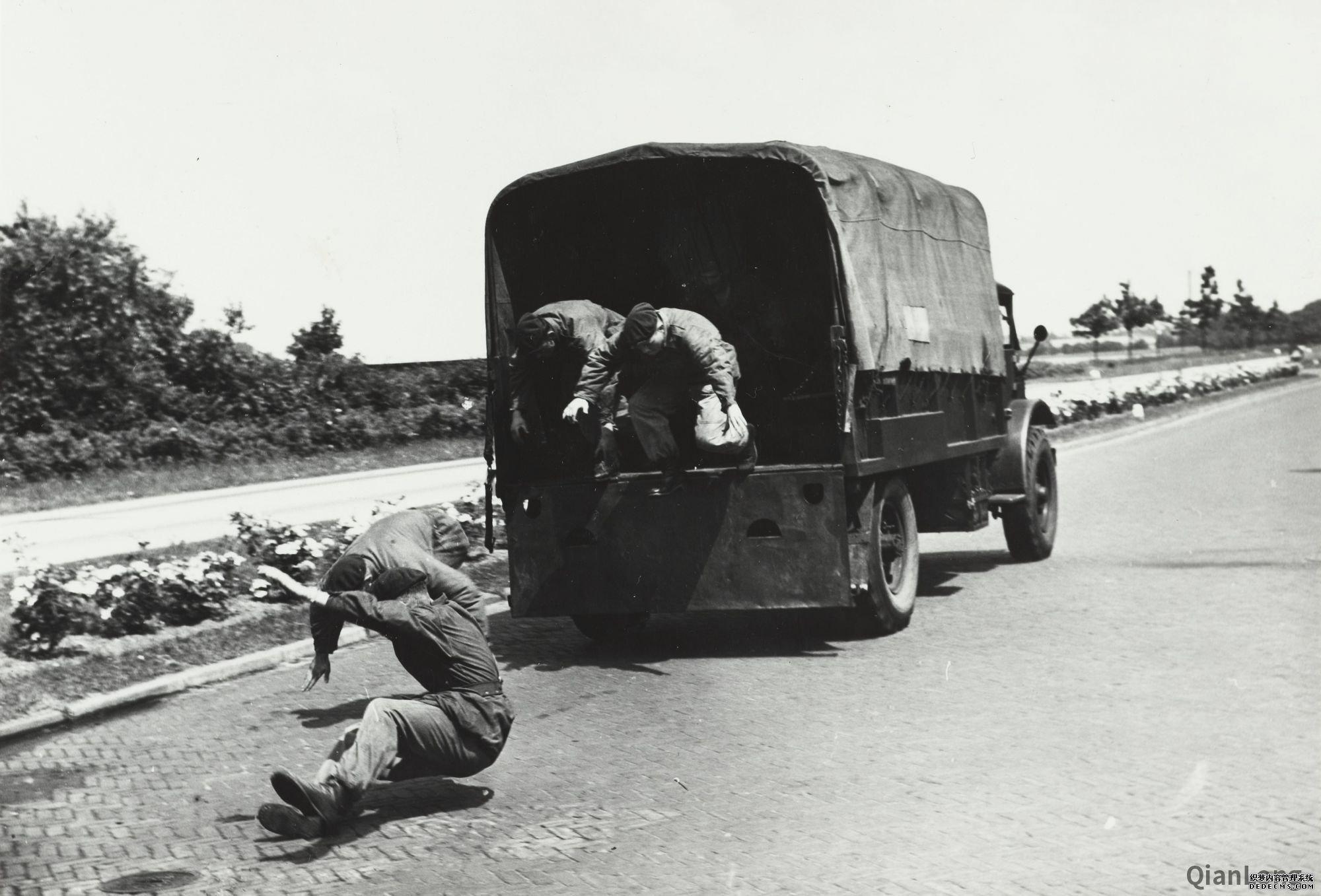 01.正在进行跳车演示的荷兰皇家陆军突击队队员。